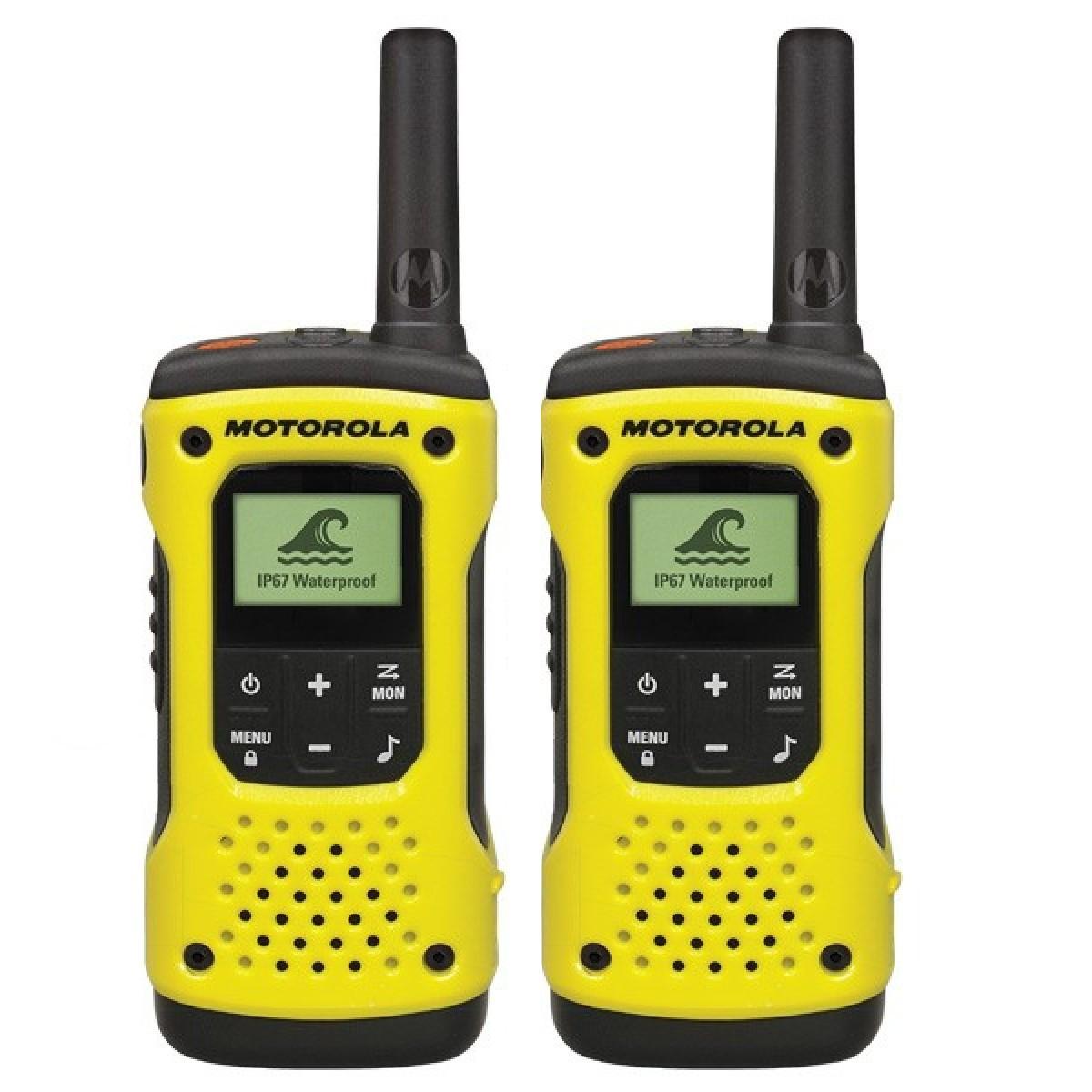 Комплект радиостанций Motorola TLKR-T92 H2OРадиостанции<br>Полнофункциональная надежная рация Motorola TLKR T92 H2O, устойчивая к любым воздействиям окружающей среды, готова к использованию в самых тяжёлых условиях. Благодаря радиусу действия до 10 км &amp;#40;зависит от условий и местности&amp;#41;, влагозащищенному корпусу и возможности подключения целого набора аксессуаров, рация позволит вам оставаться на связи на лесных тропах и высоко в горах.<br><br>Расширенные возможности<br>Новые радиостанции имеют степень защиты IP67 — полностью водонепроницаемые, они не боятся погружения в воду и плавают лицом вверх для облегчения поиска,...<br><br>Тип: Комплект радиостанций<br>Стандарт: PMR<br>Диапазон частот: 446.006-446.094 МГц<br>Мощность передатчика: 0.5 Вт<br>Радиус действия: 10 км<br>Количество каналов: 8<br>Поддержка кодирования: CTCSS, DCS<br>Количество элементов питания: 1<br>Тип аккумулятора: Ni-MH<br>Подключение гарнитуры: есть