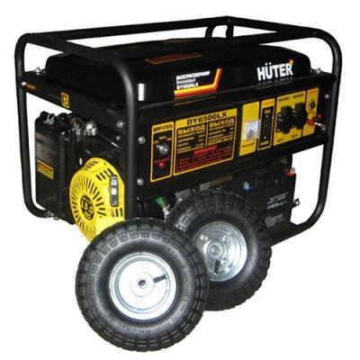 Электрогенератор Huter DY6500LX с колёсами и аккумуляторомЭлектрогенераторы<br>Бензиновый генератор Huter DY6500LX с колесами и аккумулятором является представителем линейки компактных переносных электрогенерирующих устройств, предназначенных для бытового применения там, где нужен мощный и мобильный источник электроэнергии. Агрегат имеет два выхода на 220 В и один на 12 В. Он оснащен топливным баком на 22 литра, мощным бензиновым четырехтактным одноцилиндровым двигателем, расходующим 1,8 литра бензина в час с электрическим и ручным стартером. Генераторная машина способна производить переменный ток бытовых параметров &amp;#40;220 В/...<br><br>Тип электростанции: бензиновая<br>Тип запуска: ручной, электрический<br>Число фаз: 1 (220 вольт)<br>Мощность двигателя: 13 л.с.<br>Тип охлаждения: воздушное<br>Объем бака: 22 л<br>Тип генератора: синхронный<br>Активная мощность, Вт: 5000<br>Защита от перегрузок: есть