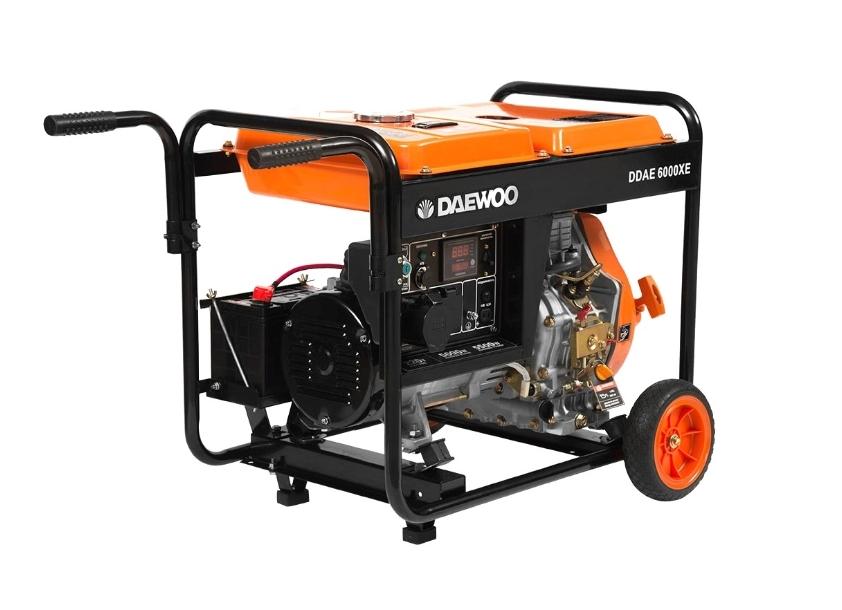 Электрогенератор Daewoo DDAE 6000XEЭлектрогенераторы<br><br><br>Тип электростанции: дизельная<br>Тип запуска: ручной, электрический<br>Число фаз: 1 (220 вольт)<br>Объем двигателя: 418 куб.см<br>Мощность двигателя: 10 л.с.<br>Тип охлаждения: воздушное<br>Объем бака: 14 л<br>Активная мощность, Вт: 5000<br>Защита от перегрузок: есть