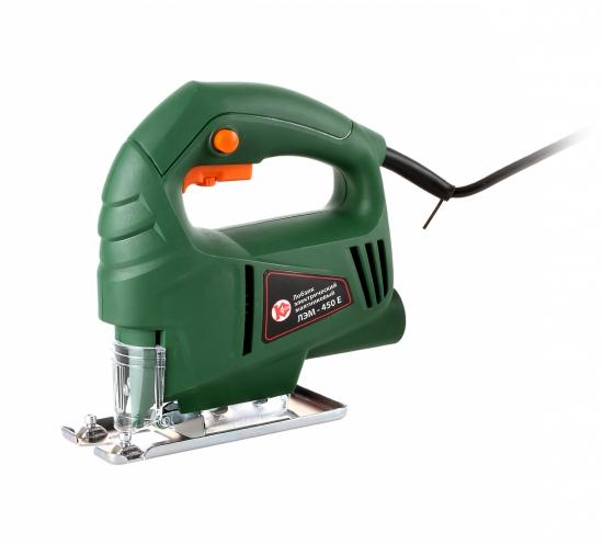 Лобзик Калибр ЛЭМ-450ЕЛобзики электрические<br>Электрический лобзик Калибр ЛЭМ 450Е&amp;nbsp;&amp;nbsp;-&amp;nbsp;&amp;nbsp;инструмент для бытового применения. Инструмент без труда справляется с резкой древесины толщиной до 55 мм - этого вполне достаточно для домашних условий. Инструмент&amp;nbsp;&amp;nbsp;прост в эксплуатации, благодаря удобной рукоятке. Число оборотов регулируется.<br><br>Потребляемая мощность: 450 Вт<br>Частота движения пилки: 0 - 3000 ходов/мин<br>Глубина пропила дерева: 55 мм<br>Глубина пропила стали: 3 мм<br>Рукоятка: скобовидная<br>Работа от аккумулятора: нет
