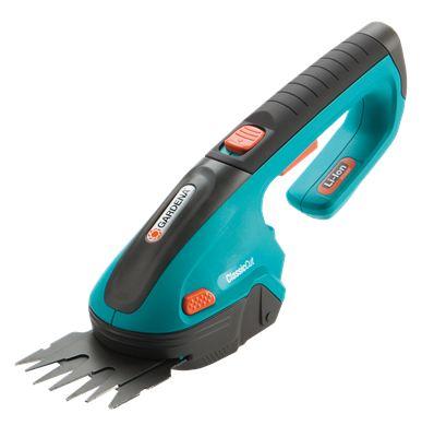 Ножницы садовые Gardena AccuCut (09850-30.000.00)Ножницы электрические<br>Gardena ClassicCut - с этими аккумуляторными газонными ножницами Вы сможете легко подстричь кромки газонов - без подключения к электросети. Кроме того, в комплект входит нож для травы и кустарников &amp;#40;ширина 8 см&amp;#41;, благодаря чему ножницы могут использоваться для придания формы кустарнику наподобие самшита. Мощная, простая в обслуживании литий-ионная аккумуляторная батарея гарантирует легкость работы и прекрасную производительность. Светодиодный дисплей постоянно показывает уровень заряда аккумулятора и позволяет оценить оставшееся время раб...<br><br>Тип: Ножницы садовые