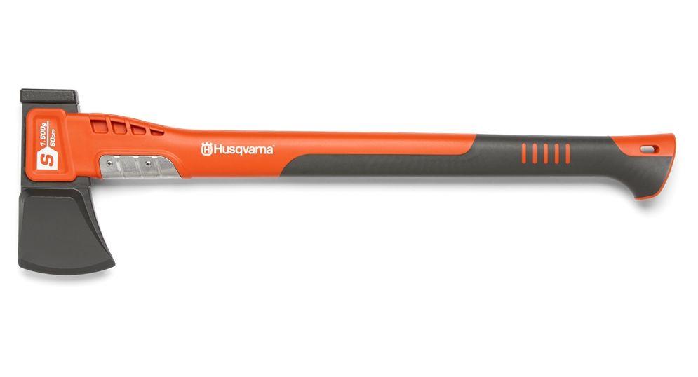 Топор Husqvarna S1600Топоры<br>Малый Топор-колун Husqvarna S1600 предназначен для заготовки дров. Лезвие топора со специальным покрытием, обеспечивает меньшее трение и легкое расщепление древесины. Геометрия лезвия специально разработана для расщепления бревен среднего размера. Армированное стекловолокном топорище делает топор легким и надежным. Накладка из нержавеющей стали защищает топорище в случае промаха. Точка равновесия, расположенная близко к лезвию топора, обеспечивает идеальную сбалансированность и распределение веса. Сочетание оптимизированной формы лезвия ...<br><br> Тип топора: топор-колун<br>Длина, мм: 600<br>Комплектация: чехол для лезвия пластмасовый