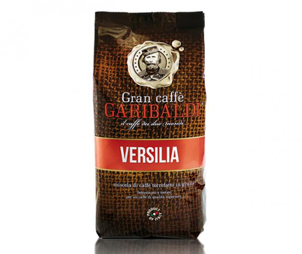 Кофе в зернах Garibaldi Versilia 1 кгКофе, какао<br><br><br>Тип: кофе в зернах<br>Степень обжарки: тёмная<br>Состав: 80% Арабика/ 20% Робуста<br>Дополнительно: элитный итальянский кофе, обладает крепким вкусом и изысканным ароматом. Упаковка: герметичный пакет из многослойной фольги с клапаном, 1 кг.