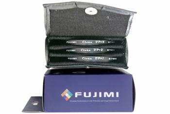 Светофильтр Fujimi CLOSE UP SET 62ммСветофильтры<br>Эффект который дают эти фильтры заключается в следующем, они позволяют уменьшить значение минимального расстояния фокусировки объектива и соответственно максимально приблизиться к объекту съёмки. Например объектив Canon 18-200 mm IS имеет минимальную дистанцию фокусировки 15-20 см, с макрофильтром дистанция фокусировки снизится до 5-10 см. Особенно будет заметен эффект на длиннофокусных объективах которые сами по себе имеют свойства приближать объекты.<br><br>Описание : набор макрофильтров FUJIMI Close UP с диоптриями +1, +2, +4<br>Диаметр, мм: 62