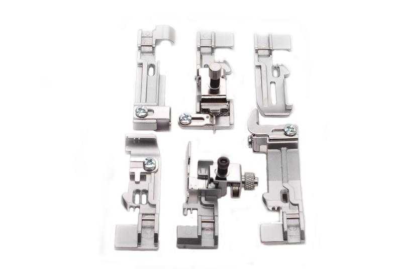 Комплект лапок Merrylock для 5-х нит. оверлокаАксессуары для швейных машин<br>1&amp;#41; Лапка для пришивания эластичной ленты.<br>&amp;nbsp;&amp;nbsp; Лапка применяется для пришивания резиновой ленты. При это можно регулировать степень стягивания ленты.<br> 2&amp;#41; Лапка для потайной строчки.<br>&amp;nbsp;&amp;nbsp;&amp;nbsp;&amp;nbsp;Лапка применяется для пошива поясов трикотажных изделий и выполнения невидимых строчек на изделиях.<br> 3&amp;#41; Лапка для сборки.<br>&amp;nbsp;&amp;nbsp;&amp;nbsp;&amp;nbsp;Лапка применяется для пошива ступенчатых юбок, оборок, корсажей и т. д. Лапка применяется также для сшивания двух слоев ткани в складку в одну операцию.<br> 4&amp;#41; Лапка для пришивания бисера.<br>&amp;nbsp;&amp;nbsp;&amp;nbsp;&amp;nbsp;Эта лапка используется...<br><br>Тип: Комплект лапок