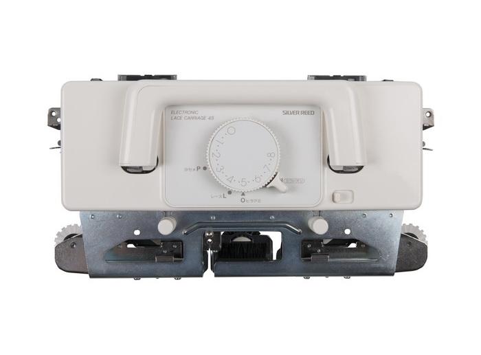 Ажурная каретка Silver Reed LC580Аксессуары для швейных машин<br>Электронная ажурная каретка LC580/840 специально предназначена для электронных вязальных машин 5 класса . Подсоединяемая при помощи специального шнура, каретка производит отбор игл по поступающим от компьютера сигналам. При помощи этой ажурной каретки возможно вязание широкого спектра ажурных рисунков. Ажурная каретка LC580/840 для компьютерной вязальной машины silver reed sk840 srp60n.<br>