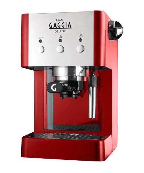 Кофемашина Gaggia Gran De Luxe RedКофеварки и кофемашины<br>Новинка от итальянской компании Gaggia — маленькая компактная домашняя кофеварка GranGaggia de Luxe Red.<br><br>Рожок имеет удобную ручку и клапан «crema» для создания качественной стойкой кофейной пенки на эспрессо. Машина оснащена трубкой пара с насадкой «панарелло» для взбивания молока. Также трубка переключается в режим подачи горячей воды для приготовления горячих напитков или чая.<br><br>Специально выделенное место для мелкосетчатых фильтров и мерной ложки создаст идеальные условия хранения этих аксессуаров. На верхней панели — плита для хранения и подогрева...<br><br>Тип используемого кофе: Молотый\Чалды<br>Мощность, Вт: 1050<br>Объем, л: 1.25<br>Давление помпы, бар  : 15<br>Материал корпуса  : Пластик<br>Одновременное приготовление двух чашек  : Есть<br>Съемный лоток для сбора капель  : Есть
