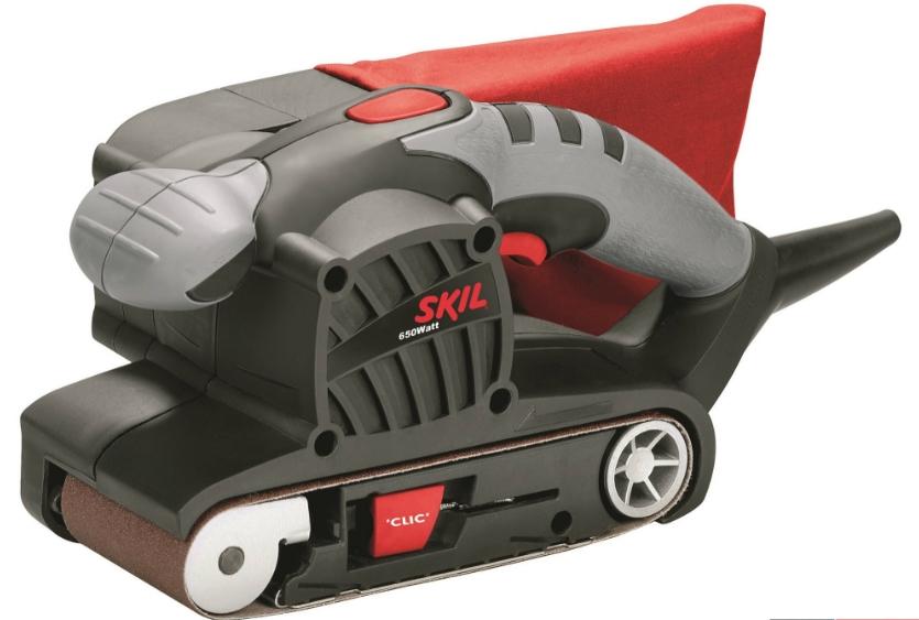 Шлифовальная машина Skil 1210 LA [F0151210LA]Шлифовальные и заточные машины<br>Идеальный инструмент для сложной обработки шлифованием <br>Ленточная шлифовальная машина Skil 1210 является идеальным инструментом для быстрого и удобного шлифования больших поверхностей. Шлифовальная машина очень проста в использовании, благодаря системе «АЦЛ» &amp;#40;автоматическое центрирование шлифленты&amp;#41;, системе замены ленты без инструмента и компактному легкому дизайну. Благодаря мощному двигателю 650 Вт и высокой скорости ленты 300 м/мин эта шлифмашина является отличным выбором для быстрого съема большого количества материала. Она идеально...<br><br>Длина листа/ленты, мм: 457<br>Ширина листа/ленты, мм: 76<br>Пылесборник: есть