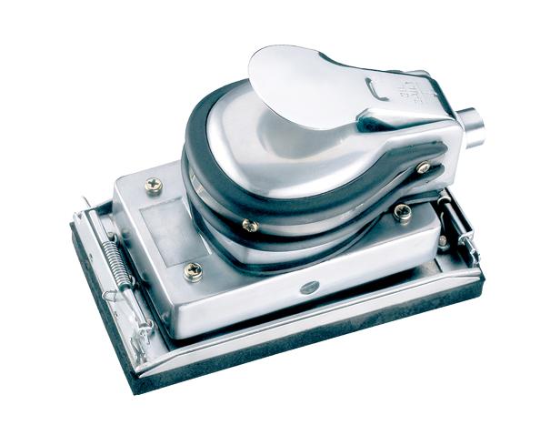 Плоскошлифмашина FUBAG JS17595Шлифовальные и заточные машины<br>Плоскошлифмашина FUBAG JS17595 предназначена для снятия верхнего слоя с различных поверхностей. Корпус изготовлен из металла и обеспечивает надежную защиту внутренних узлов от механических повреждений. Шлифлист надежно крепится к подошве с помощью специальных зажимов.<br><br>Описание: размер подошвы 175x95 мм. Средний расход воздуха 170 л/мин