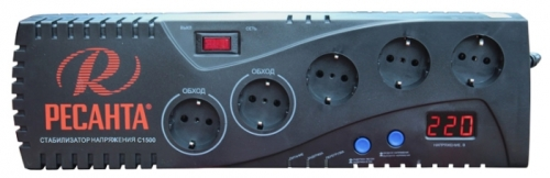 Стабилизатор напряжения Ресанта С1500Сетевые фильтры и стабилизаторы<br>Стабилизатор Ресанта С1500 широко распространен в офисных помещениях, а также в частных квартирах для защиты электроники и компьютерной техники от скачков напряжения в сети, которые могут привести к серьезным поломкам, сбоям в работе и выходу из строя. Сверху расположен цифровой дисплей, который отображает выходное напряжение - 220 вольт, а при нажатии кнопки, расположенной слева, можно проконтролировать параметр входного напряжения.<br><br>Тип: стабилизатор напряжения
