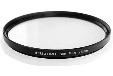Светофильтр Fujimi 55 мм SOFTСветофильтры<br>Эффектные фильтры, это фильтры основное предназначение которых внести яркие и необычные моменты в рядовые ситуации.<br> <br> <br>  <br> <br> <br>Soft Фильтры - стиль в фотографии имитирующий эффект старой оптики, а так же создание сказочных образов или скрытия скрытия дефектов при портретной съёмки.<br> <br> <br>  <br> <br> <br>Софт фильтры имеют неровную поверхность стекла и поэтому при нормальной цветопередаче слегка &amp;ldquo;размывают&amp;rdquo; резкие границы на фотоснимке. Несмотря на то что их основное предназначение &amp;ndash; портретная съемка, они так же хорошо себя зарекомендовали и при...<br><br>Тип: Soft<br>Диаметр, мм: 55
