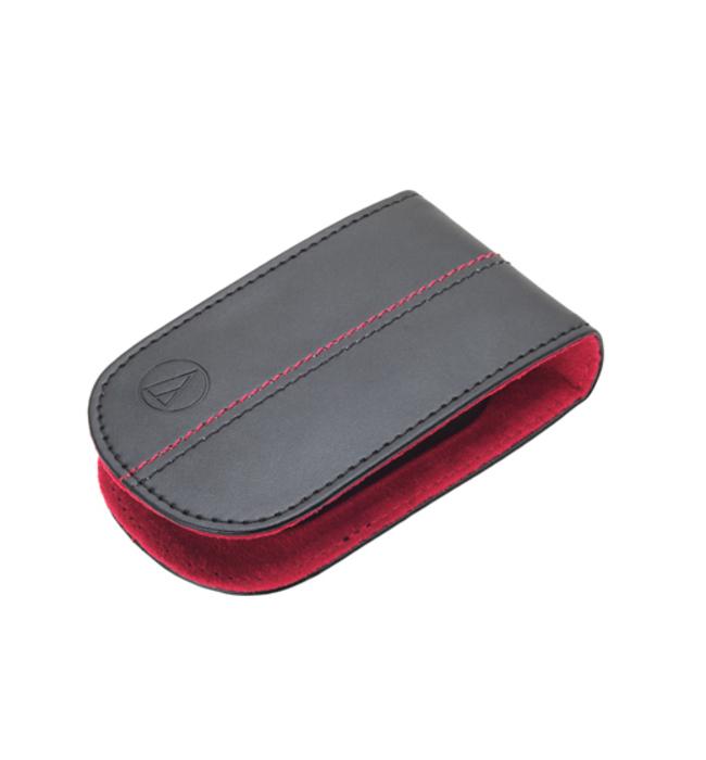 Кейс Audio-Technica ATH-HPP33 BRDАксессуары для наушников<br>Audio-Technica ATH-HPP33 – кейс-держатель для вставных наушников Audio-Technica, позволяющий компактно и надежно хранить наушники в то время, когда они не используются. Просто оберните провод наушников вокруг держателя, начиная со штекера. Компактный кейс выполнен в различных цветах, он поместится даже в самую маленькую сумку или карман.<br><br>- кейс для вставных наушников<br>- оригинальный двухцветный дизайн<br>- компактная форма<br>