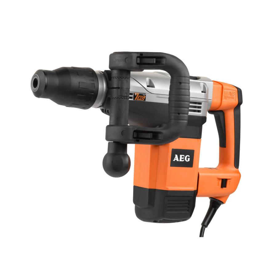Отбойный молоток AEG MH7E (459422)Отбойные молотоки<br>Отбойный молоток AEG MH7E 459422 служит для ударного сверления и долбления бетона/камня. Он оснащен патроном SDS-max, который обеспечивает простую и быструю замену оснастки. Молоток имеет дополнительную D-образную рукоятку - она способна менять угол наклона для лучшего контроля над инструментом. Благодаря наличию вентиляционных отверстий двигатель модели защищен от перегрева.<br><br>Тип: Отбойный молоток<br>Мощность: 1500 Вт<br>Макс. энергия удара: 10.5 Дж<br>Частота ударов: 2700 уд/мин<br>Патрон: SDS-Max