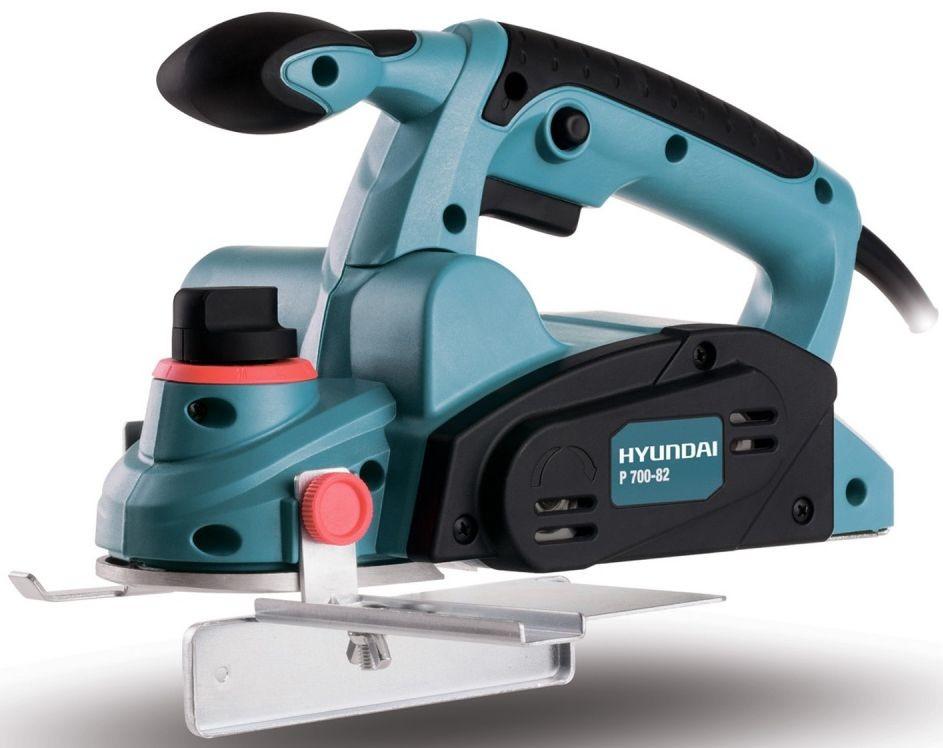 Электрорубанок Hyundai P 700-82Электрорубанки<br>Рубанок Hyundai P 700-82 – надежный ручной электроинструмент, предназначенный для устранения излишков древесины, а также получения ровных и гладких поверхностей обрабатываемой древесины.<br><br>Имеет плавную регулировку глубины строгания, выключатель с блокировкой от случайного включения, алюминиевую подошву, рукоятку с прорезиненным покрытием и параллельную направляющую.<br><br>Рукоятка с прорезиненным покрытием в свою очередь имеет две точки хвата, которые обеспечивают комфорт в процессе работы данным инструментом.<br><br>Параллельная направляющая обеспечивает...<br><br>Мощность Вт: 700<br>Описание: частота холостого хода 16000 оборотов/мин