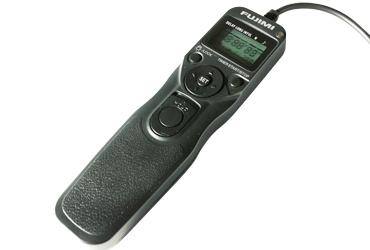 Проводной пульт Fujimi FJ MC-Р1 для PanasonicАксессуары для фототехники<br>Проводной пульт дистанционного управления с таймером FUJIMI MC -series&amp;nbsp;&amp;nbsp;для цифровых и плёночных DSLR камер.<br><br>Пульт FUJIMI MC -series&amp;nbsp;&amp;nbsp;может быть использован для дистанционного TTL-замера и спуска затвора, а также как таймер - интервалометр. Дистанционный выключатель с функциями автоспуска, таймера длительной экспозиции, и установки счетчика кадров. Таймер можно установить в пределе от 1 секунды до 99 часов.<br><br>Использование пульта FUJIMI MC -series помогает избежать сотрясения фотокамеры в момент спуска затвора. Незаменим при съёмке со штатива на длительных...<br>